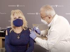 Dolly Parton, quien ayudó a financiar la vacuna Moderna contra el covid, recibe su dosis