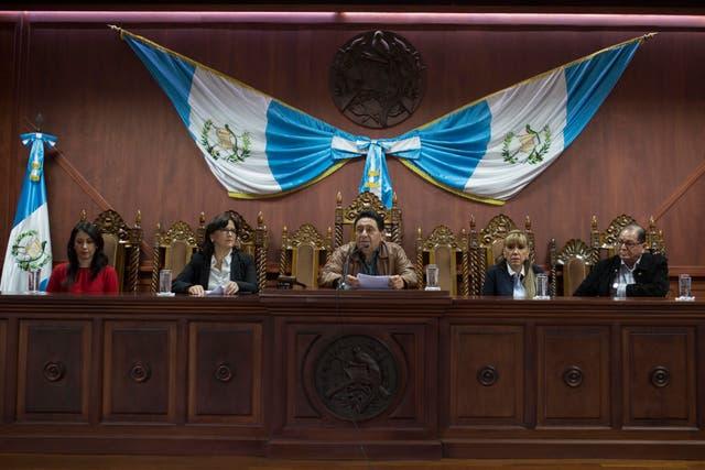 <p>El presidente de la Corte Constituciona, José Francisco de Mata Vela, dirige una conferencia de prensa en la Ciudad de Guatemala. El Congreso de Guatemala inició la remodelación del máximo tribunal del país el martes 2 de marzo de 2021, seleccionando un nuevo magistrado y un suplente en decisiones que podrían tener graves consecuencias para la batalla contra la corrupción y la impunidad. </p>