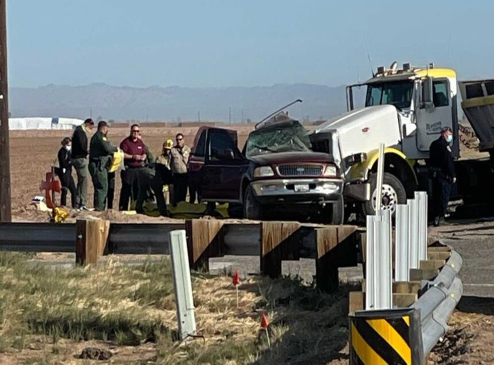 <p>La escena después del accidente vial en Holtville, California, el 2 de marzo del 2021. Foto tomada de KYMA. </p>