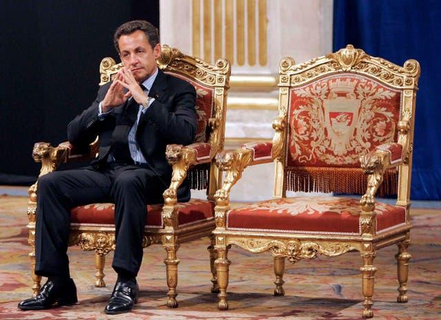 <p>El presidente francés, Nicolas Sarkozy, se sienta durante una ceremonia oficial y tradicional con el alcalde de París, Bertrand Delanoe, cuya silla vacía está a la derecha, durante la cual el presidente recién electo es recibido por el alcalde de París en el ayuntamiento de París, Francia. Un tribunal de París declaró el lunes al ex presidente francés Nicolas Sarkozy culpable de corrupción y tráfico de influencias y lo condenó a un año de prisión y a dos años de prisión condicional. El político de 66 años, que fue presidente de 2007 a 2012, fue condenado por haber intentado obtener ilegalmente información de un magistrado de alto rango en 2014 sobre una acción judicial en la que estuvo involucrado. </p>