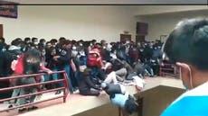 Video muestra el momento en que se derrumba un balcón en universidad de Bolivia, matando a siete estudiantes