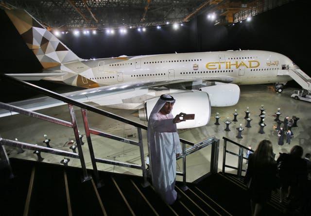 <p>Un hombre emiratí se toma una selfie frente a un nuevo A380 de Etihad Airways en Abu Dhabi, Emiratos Árabes Unidos. El jueves 4 de marzo de 2021, la aerolínea nacional de Abu Dhabi, Etihad, informó pérdidas operativas centrales de $ 1.7 mil millones en 2020, lo que refleja el severo costo de la pandemia de coronavirus en la aerolínea con problemas de larga data que ha perdido miles de millones en los últimos años. </p>