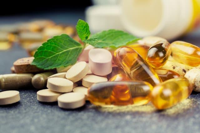 <p>Expertos comparten algunos suplementos vitamínicos clave que pueden ayudar a mantener la salud mental y mantener el ánimo en alto durante los próximos mese. </p>