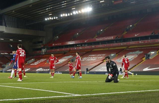 <p>El arquero de Liverpool Alisson reacciona tras el gol de Mason Mount para que Chelsea se impusiera 1-0 en el partido de la Liga Premier inglesa, el jueves 4 de marzo de 2021. </p>