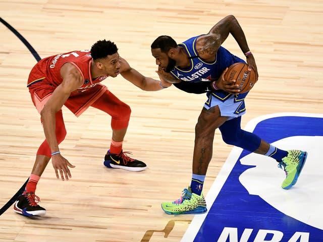 <p>LeBron James # 2 del Team LeBron maneja el balón mientras es custodiado por Giannis Antetokounmpo # 24 del Team Giannis en el cuarto trimestre durante el 69 ° Juego de Estrellas de la NBA en el United Center el 16 de febrero de 2020 en Chicago, Illinois. </p>