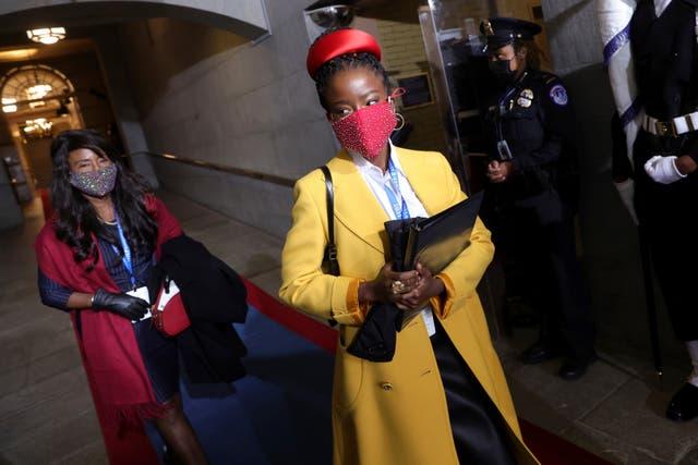 <p>La poeta laureada nacional juvenil Amanda Gorman llega a la toma de posesión del presidente electo de Estados Unidos, Joe Biden, en el frente oeste del Capitolio de Estados Unidos el miércoles 20 de enero de 2021 en Washington. </p>