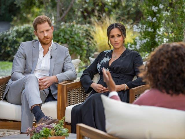 """<p>Esta imagen proporcionada por Harpo Productions muestra al príncipe Harry, de izquierda a derecha, y a Meghan, duquesa de Sussex, conversando con Oprah Winfrey. """"Oprah with Meghan and Harry: A CBS Primetime Special"""" se transmite el 7 de marzo.</p>"""
