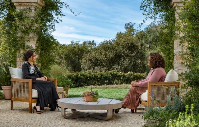 <p>En esta imagen proporcionada por Harpo Productions y publicada el 5 de marzo de 2021, Oprah Winfrey entrevista al príncipe Harry y a Meghan Markle en un especial de horario estelar de CBS que se estrenará en CBS el 7 de marzo de 2021.</p>