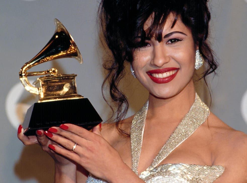 Selena posa con su Grammy tras bambalinas durante la entrega número 36 de los premios el 1 de marzo de 1994.