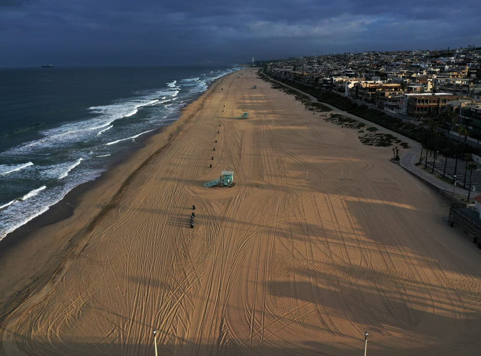 Beaches on the Pacific Ocean lie empty after Los Angeles issued a stay-at-home order and closed beaches and state parks, as the spread of the coronavirus disease (COVID-19) continues, in Manhattan Beach, California, U.S., April 2, 2020.  REUTERS/Lucy Nicholson
