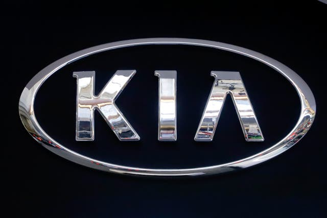 <p>El logotipo de KIA se muestra en un letrero en el Salón Internacional del Automóvil de Pittsburgh 2019 en Pittsburgh. Kia les está diciendo a los propietarios de casi 380,000 vehículos en los EE. UU. Que los estacionen al aire libre debido al riesgo de un incendio en el compartimiento del motor. El fabricante de automóviles coreano está retirando del mercado ciertos SUV Sportage de 2017 a 2021 y sedanes Cadenza de 2017 a 2019 para solucionar el problema. </p>