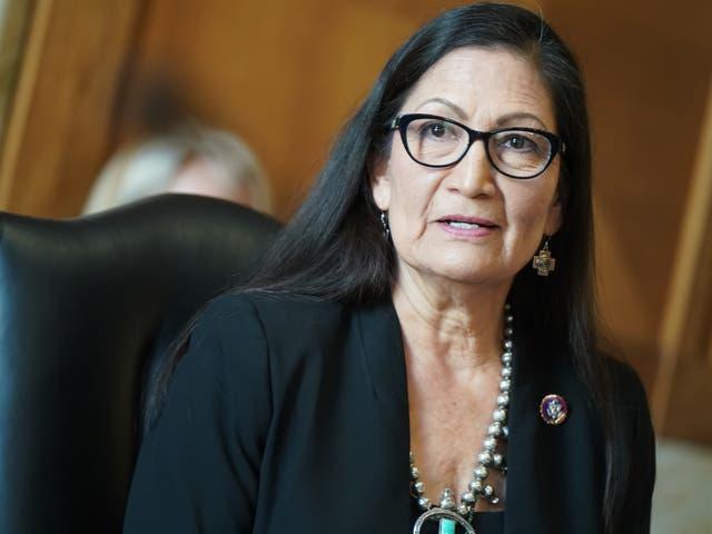 <p>La representante estadounidense Deb Haaland, demócrata de Nuevo México y secretaria del interior nominada, testifica durante una audiencia de confirmación del Comité Senatorial de Energía y Recursos Naturales en Washington, DC el 24 de febrero de 2021.</p>