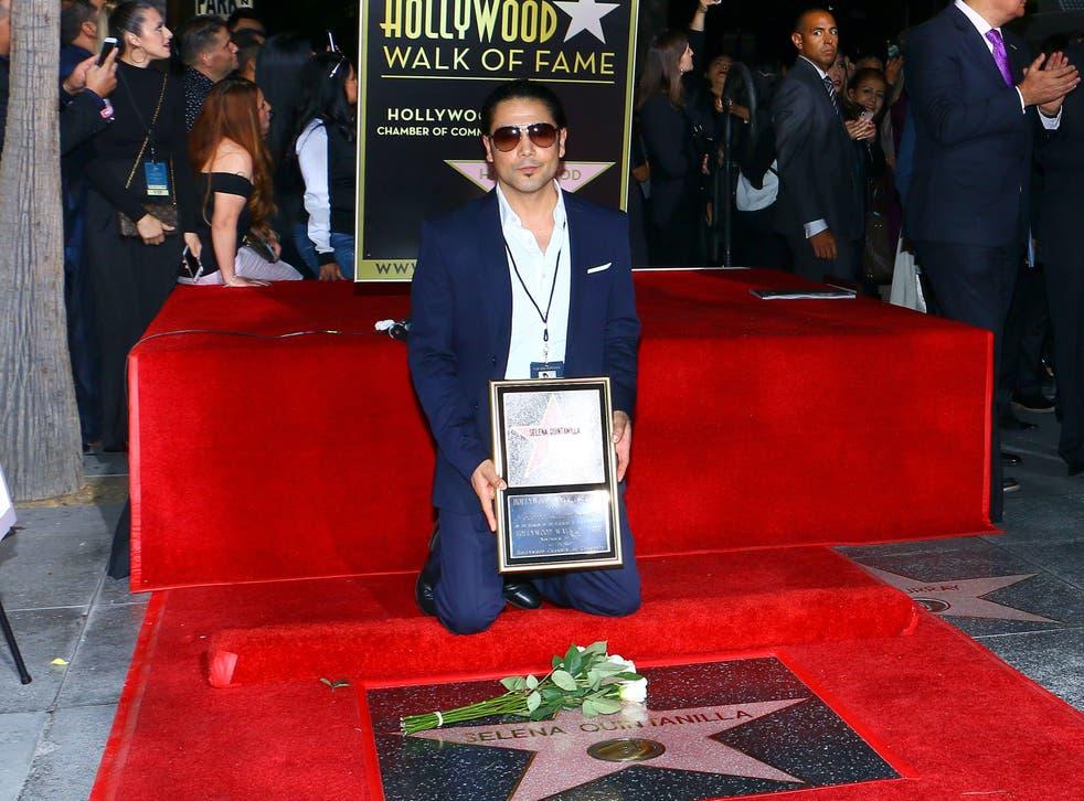 Chris Perez posa con la estrella dedicada a Selena en el Paseo de la Fama de Hollywood el 3 de noviembre de 2017.
