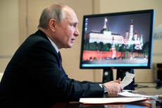 """Vladimir Putin dice que manifestantes que irrumpieron en el Capitolio estaban dando un """"paseo"""""""