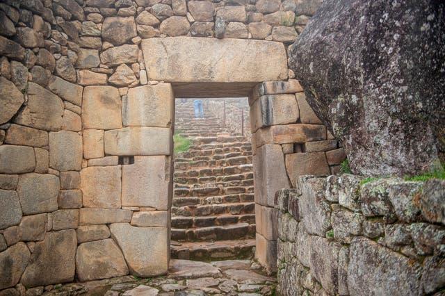 <p>Vista de una puerta en el sitio arqueológico de Machu Picchu, en Cusco, Perú, el 02 de noviembre de 2020, en medio de la nueva pandemia de coronavirus. - La ciudadela inca de Machu Picchu, la joya de la corona de los sitios turísticos de Perú, reabrió el domingo con un antiguo ritual después de un bloqueo de casi ocho meses debido a la pandemia del nuevo coronavirus. Sin embargo, por razones de seguridad, solo 675 turistas podrán acceder al sitio por día, solo el 30 por ciento del número de visitantes antes de la pandemia. </p>
