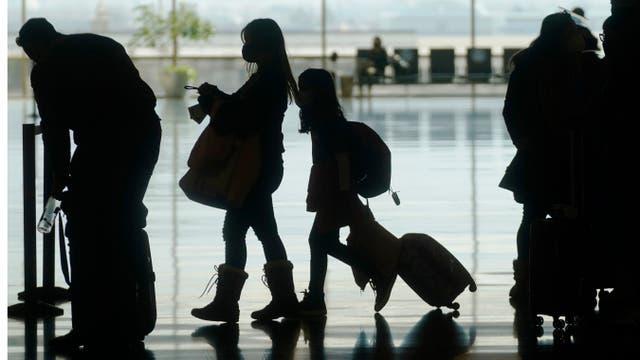 <p>Los viajeros caminan por el Aeropuerto Internacional de Salt Lake City el miércoles 17 de marzo de 2021 en Salt Lake City. Las aerolíneas y otros en la industria de viajes están apoyando los pasaportes de vacunas para impulsar los viajes deprimidos por la pandemia, y las autoridades en Europa podrían adoptar la idea con la suficiente rapidez para la temporada alta de vacaciones de verano. </p>