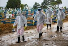 COVID: Apilan cuerpos en Brasil por falta de espacio en un cementerio