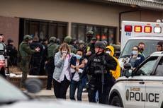Diez muertos, incluido un oficial de policía, en tiroteo masivo en una tienda de comestibles de Colorado, según informes