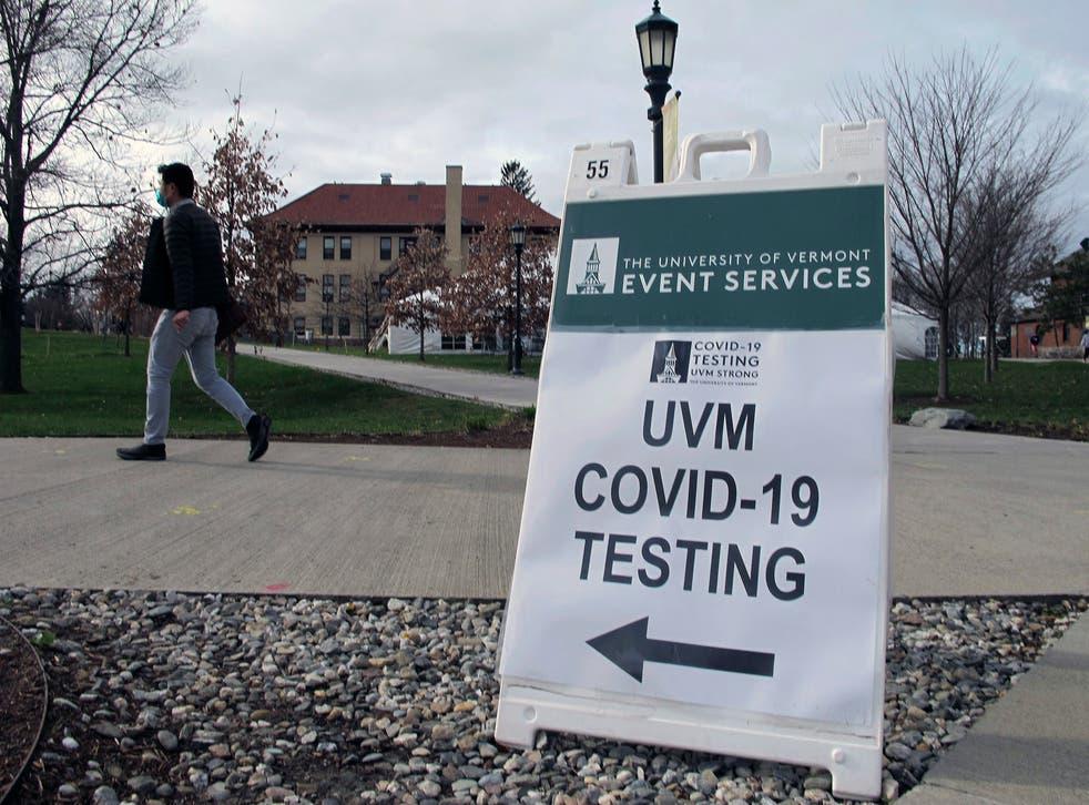 <p>En esta foto de archivo del 12 de noviembre de 2020, un estudiante de la Universidad de Vermont camina hacia una carpa que conduce a un sitio de pruebas COVID en el campus de Burlington, Vermont. volver a clases presenciales, deportes intramuros y en su mayoría dormitorios completos. Pero esas promesas vienen con asteriscos. </p>