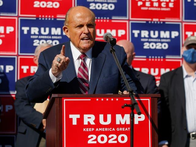 El exalcalde de la ciudad de Nueva York Rudy Giuliani, abogado personal del presidente de Estados Unidos, Donald Trump, habla después de que los medios anunciaran que el candidato presidencial demócrata de Estados Unidos Joe Biden ganó las elecciones presidenciales de Estados Unidos de 2020.