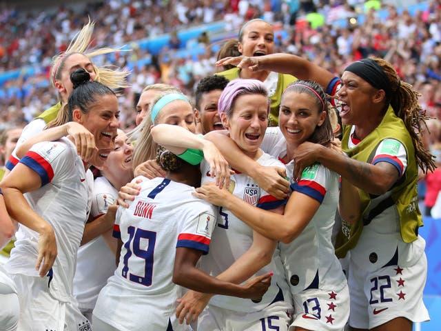 <p>Megan Rapinoe de los Estados Unidos celebra con sus compañeras de equipo después de anotar el primer gol de su equipo durante el partido final de la Copa Mundial Femenina de la FIFA Francia 2019 entre los Estados Unidos de América y los Países Bajos en el Stade de Lyon el 07 de julio de 2019 en Lyon, Francia. </p>