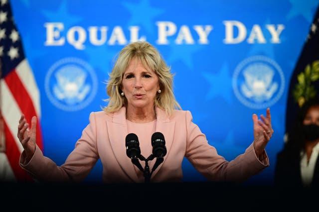 <p>La Dra. Jill Biden ha revelado cómo experimentó una remuneración desigual en comparación con sus colegas masculinos mientras trabajaba como maestra</p>