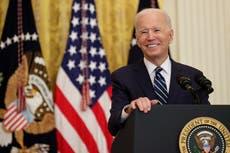 Tres cuartas partes de los estadounidenses aprueban plan de vacunación de Biden, pero la mayoría rechaza el manejo de la crisis fronteriza