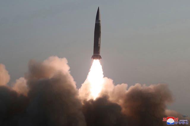 <p>Especialistas militares dijeron a Reuters que los misiles parecían ser los que se dieron a conocer en un desfile militar en Pyongyang en octubre.</p>