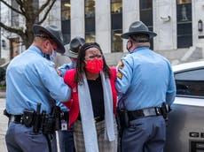Una representante de Georgia es detenida y sacada del Capitolio tras llamar a la puerta del gobernador