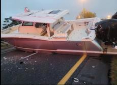Barco rosado bloquea una autopista en Florida y lo comparan con el incidente en el Canal de Suez
