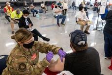 """La administración de Biden coordina el lanzamiento del """"pasaporte de la vacuna"""" para que las personas prueben la inoculación"""