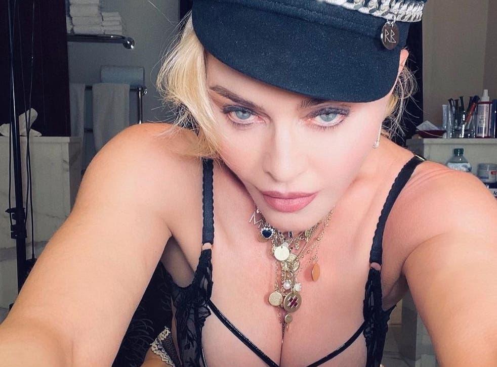 """""""Y ahora, un momento de reflexión personal"""" escribió Madonna al compartir un trio de fotos sugestivas en línea."""