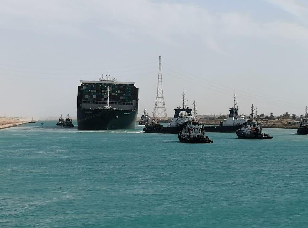 <p>Uno de los portacontenedores más grandes del mundo, se ve después de flotar completamente en el Canal de Suez, Egipto, el 29 de marzo de 2021. </p>