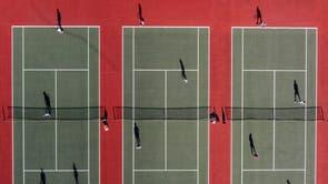 Một bức ảnh chụp từ trên không cho thấy mọi người đang chơi quần vợt tại Câu lạc bộ quần vợt Mersey Bowman Lawn ở Liverpool, tây bắc nước Anh vào ngày 29 tháng 3 năm 2021, khi các hạn chế khóa Covid-19 thứ ba của Anh được nới lỏng, cho phép các nhóm tối đa sáu người gặp nhau bên ngoài.  - Người dân ở Anh đổ xô ngoài thứ Hai để thưởng thức thể thao, dã ngoại và các hoạt động bị cấm trước đây khác, khi quốc gia này bước vào giai đoạn thứ hai của quá trình khóa coronavirus nới lỏng phần lớn nhờ vào đợt tiêm chủng thành công