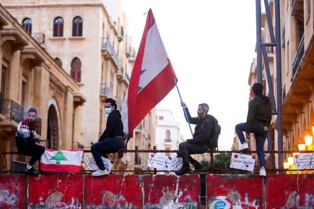"""<p>El Líbano se hundirá como """"el Titanic"""" si no logra formar un gobierno, dijo el presidente del parlamento cuando la legislatura aprobó un préstamo de emergencia para mantener las luces del país encendidas</p>"""