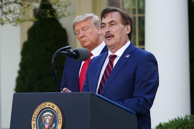 <p>Donald Trump volverá a ser presidente en agosto, dijo el director ejecutivo de MyPillow, Mike Lindell, a Steve Bannon en una extraña perorata de podcast</p>