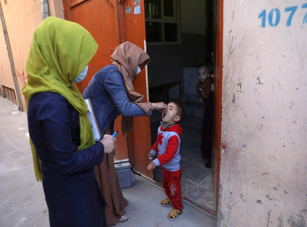 <p>Health workers administer a polio vaccine to a child during a health campaign in the Afghan capital, Kabul</p>