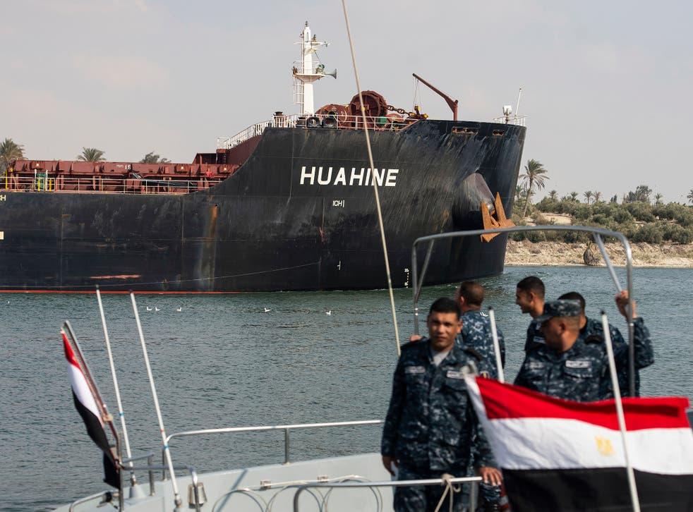 Un barco se dirige hacia el Canal de Suez, en Ismalia, Egipto