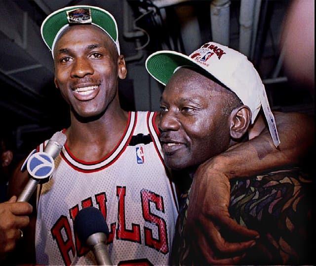 <p>Michael Jordan aparece en una foto sin fecha con su padre James, antes de su asesinato en 1993. </p>