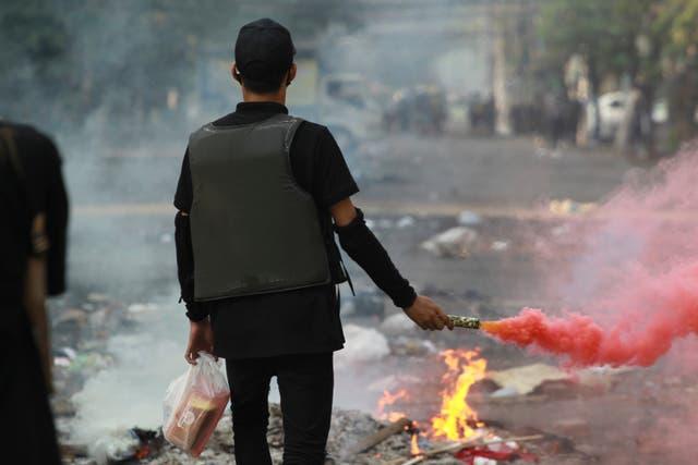 <p>Manifestantes antigolpistas se preparan para enfrentarse a la policía durante una protesta en el municipio de Tarmwe, Yangon, Myanmar, el jueves 1 de abril de 2021. </p>