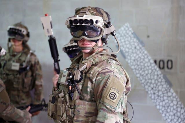 <p>En esta foto del 21 de octubre de 2020 proporcionada por el Ejército de los EE. UU., Los soldados se ponen un prototipo militar del Sistema Integrado de Aumento Visual (IVAS) del Ejército y empuñan un Entrenador virtual inmersivo de escuadrón (SiVT) durante un entorno de entrenamiento y un evento de prueba en Fort Pickett , Va. Microsoft ganó un contrato de casi $ 22 mil millones para suministrar a las tropas de combate del Ejército de los EE. UU. Sus cascos de realidad virtual. Microsoft y el Ejército anunciaron el acuerdo por separado el miércoles 31 de marzo de 2021 </p>