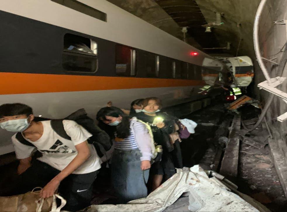 Hành khách lao ra khỏi đường hầm sau vụ va chạm