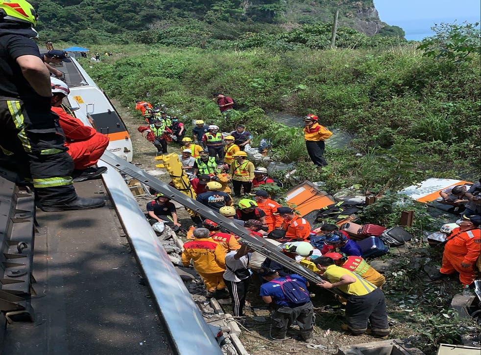 Đội cứu hộ tại hiện trường vụ tai nạn tàu hỏa