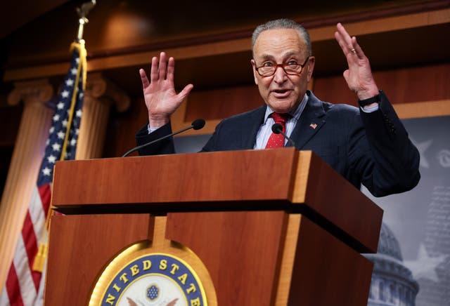 <p>El líder de la mayoría del Senado de los Estados Unidos, Chuck Schumer (D-NY), habla sobre los logros legislativos de los demócratas del Senado mientras ofrece una conferencia de prensa en el Capitolio de los Estados Unidos el 25 de marzo de 2021 en Washington, DC. Esta semana, Schumer ha estado en desacuerdo con el líder de la minoría del Senado de los Estados Unidos, Mitch McConnell, sobre las reglas de reforma electoral mientras los demócratas argumentan la legislación conocida como S.1, que combatiría el registro de votantes. </p>
