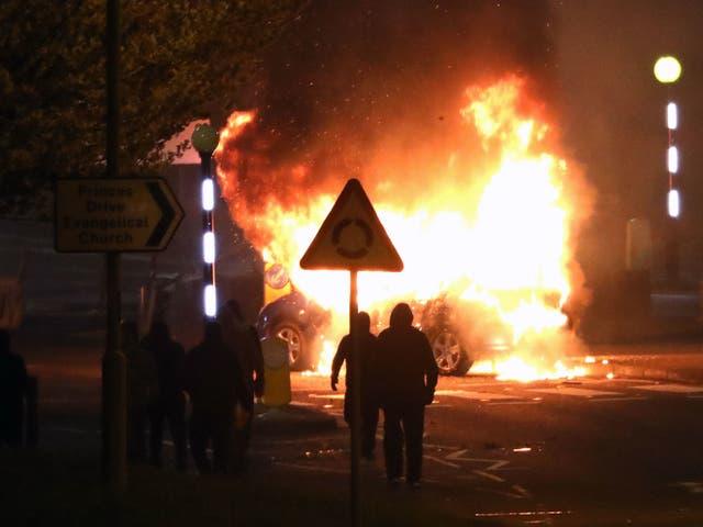 <p>Leales enmascarados después de secuestrar e incendiar un automóvil en la rotonda de Cloughfern en Newtownabbey. Hombres enmascarados arrojaron bombas de gasolina y secuestraron automóviles en el área de los Leales al Norte de Belfast. Fecha de la fotografía: sábado 3 de abril de 2021. Foto PA. Los leales y sindicalistas están enojados por los acuerdos comerciales posteriores al Brexit que, según ellos, han creado barreras entre Irlanda del Norte y el resto del Reino Unido. Las tensiones aumentaron aún más esta semana luego de una controvertida decisión de no procesar a 24 políticos del Sinn Fein por asistir a un funeral republicano a gran escala durante las restricciones de Covid-19. </p>