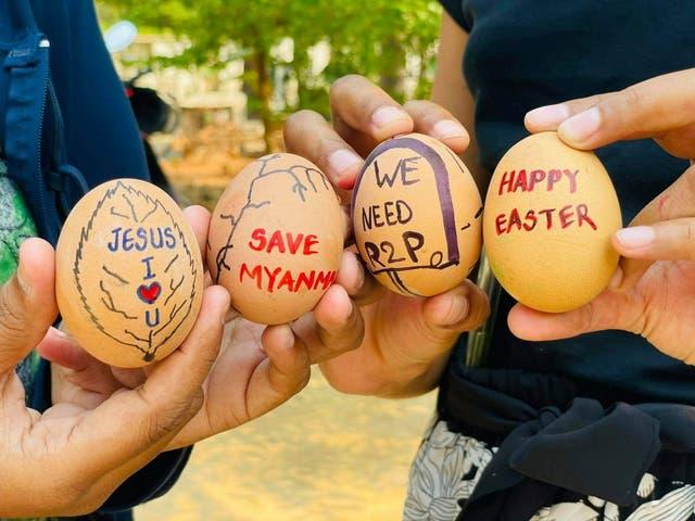 <p>Los huevos de Pascua están pintados con lemas de las protestas contra el golpe militar, en Mandalay, Myanmar, el 3 de abril de 2021 en esta imagen obtenida por Reuters de las redes sociales.</p>