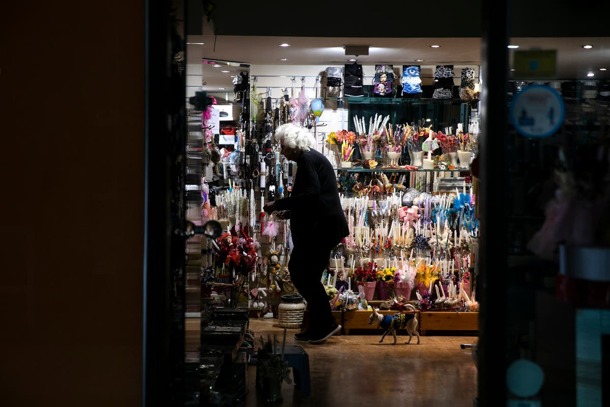 Greece: Stores open amid virus surge to help rescue economy