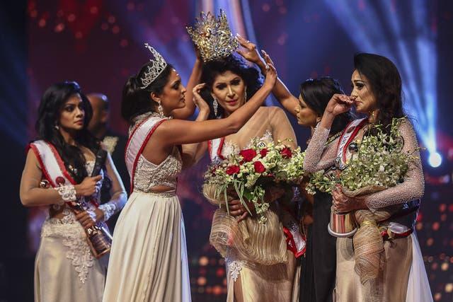 <p>Winner of Mrs Sri Lanka 2020 Caroline Jurie removed the crown of 2021 winner Pushpika de Silva</p>