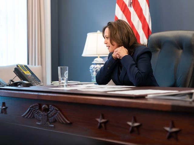 <p>Los usuarios de las redes sociales han comparado desfavorablemente los nuevos escritorios de Donald Trump y la vicepresidenta Kamala Harris después de que ambos echaron un vistazo dentro de sus oficinas</p>
