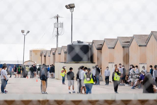 """<p>Se ve a jóvenes migrantes dentro de la vivienda del campo petrolífero de Cotton Logistics que se construyó en 2012 para albergar temporalmente a los trabajadores de la industria petrolera en Midland, Texas, el 5 de abril de 2021. - El gobierno federal arrendó un """"campamento de hombres"""" junto a la Interestatal 20 en el condado de Midland en general. utilizado como vivienda temporal para los trabajadores del campo petrolero para albergar a 500 jóvenes migrantes. </p>"""
